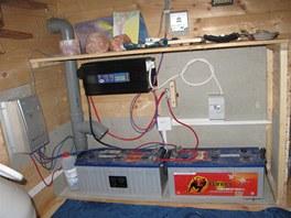 V domě elektřina nechybí, ovšem jen díky solárním panelům.