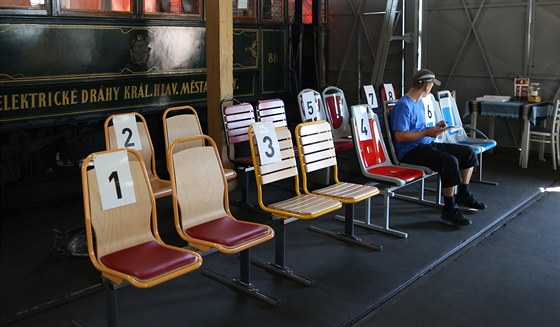 Celkem osm typů sedaček dává pražský dopravní podnik testovat cestujícím ve...