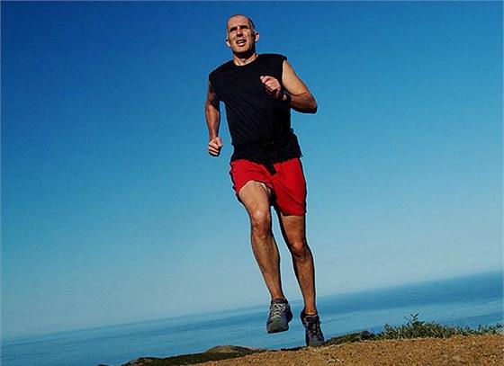 Běžecké boty mohou za zbytečná zranění, tvrdí Christopher McDougall.
