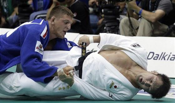 Lukáš Krpálek (vlevo) se s Japoncem Takašim Onem pere o světový bronz.