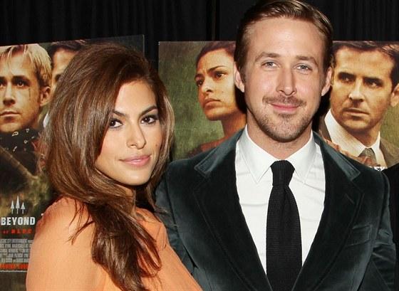 Eva Mendesová a Ryan Gosling na premiéře filmu Za borovicovým hájem (New York,...