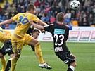 NEUHLÍDÁTE MĚ. Milan Kopic (ve žlutém, s číslem 30) střílí vítězný gól Jihlavy...