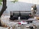Jeden z bojovníků opozice odpočívá před akcí (2. září)