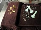 Poklad tvoří kromě sekyrek i bronzové náramky, trubičky na náhrdelník a ozdoby