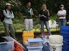Skupina antropologů z floridské univerzity koordinuje postup prací při exhumaci