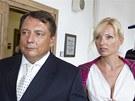 Jiří Paroubek míří s manželkou Petrou do jednací síně, kde se probírá kauza Davida Ratha (5. září 2013).