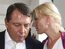 Ji�� Paroubek m��� s man�elkou Petrou do jednac� s�n�, kde se prob�r� kauza...