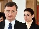 Policist� vedou Davida Ratha a Kate�inu Pancovou z jednac� s�n� Krajsk�ho soudu