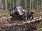 Zapadlý traktor v Národním parku Šumava v okolí Modravy.