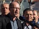Bohuslav Sobotka  vysvětluje volební program ČSSD novinářům, vpravo