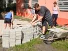 Vyměřování labyrintu u domu dětí v Poděbradech