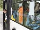 Žáci ze základní školy Závodu míru čekají na odjezd speciálního autobusu do...