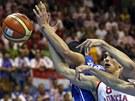 Český basketbalista Tomáš Satoranský bojuje o míč s Chorvatem Dariem Šaričem.