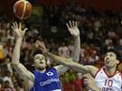 �esk� basketbalista Jan Vesel� bojuje o m�� s Chorvatem Roko Uki�em.