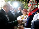 Na Masarykov� n�m�st� v Uhersk�m Hradi�ti prezidenta Zemana p�iv�tal p�r ve...