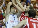 �esk� basketbalista Jan Vesel� (vlevo) se sna�� prosadit proti gruz�nsk�...