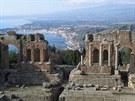 Pohled z antického divadla v Taormině na Etnu