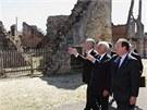 Joachima Gaucka po vesnici, která byla jako memento válečných hrůz ponechána v
