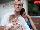 Ryan Gosling a Eva Mendesová ve filmu Za borovicovým hájem (2012)