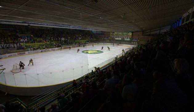 PLNÝ LAPA�. Na vsetínský stadion dorazilo n�kolik tisíc divák�.