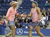 České tenistky Andrea Hlaváčková (vlevo) a Lucie Hradecká si plácají ve finále