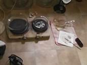 Policejní záběry ze zátahu na výrobce drog
