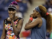 TAK JAK NA TY �E�KY? Venus (vlevo) a Serena Williamsová se radí b�hem...
