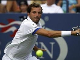 BERDYCHŮV SOK. Julien Benneteau zahrává bekhend v utkání 3. kola US Open proti...