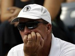 LENDL NA TRIBUNĚ. Zadumaný Ivan Lendl, trenér Andyho Murrayho, sleduje svého...
