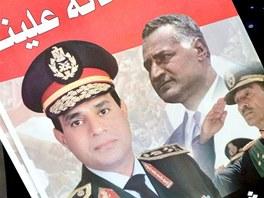 Demonstrant drží transparent s portréty s egyptským ministrem obrany