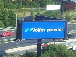 Pohled na předvolební billboard z oken štábu ODS.