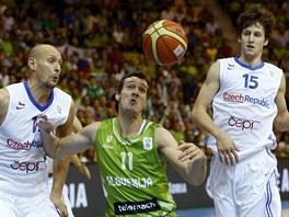 Slovinsk� rozehr�va� Goran Dragi� (uprost�ed) m� k m��i bl� ne� �e�t�...