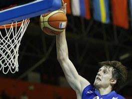 Český basketbalista Jan Veselý smečuje do polského koše.