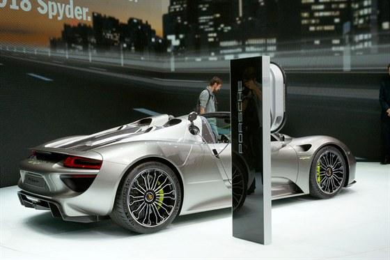 video hybridn superporsche p edjelo v echny na n rburgringu. Black Bedroom Furniture Sets. Home Design Ideas