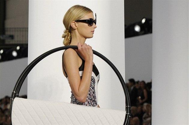 Letní kabelky hý�í barvami, nep�ehlédnutelnými detaily i netradi�ními tvary....