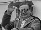 Prezident Salvador Allende mává svým příznivcům v Santiagu v roce 1971, dva...