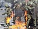 P�i protestech ke 40. v�ro�� Pinochetova p�evratu l�taly Molotovovy koktejly...