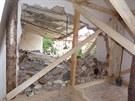Hasiči zajistili stropy bytů dřevěnými kládami.
