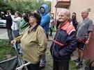 Lidé sledují bourání čtvrtého patra domu v Havířově-Šumbarku, poničeného...