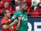 ZDENĚK POSPĚCH V AKCI. Kevin-Prince Boateng (vpravo) ze Schalke 04 si stráží...