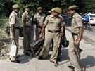 Skupina indických policistů dohlíží na bezpečnost před soudem v Novém Dillí,...
