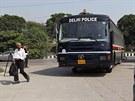 Před budovu soudu v Novém Dillí přijíždí autobus s čtveřicí mužů obviněných z...