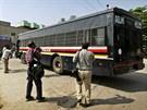 Autobus s čtveřicí mužů obviněných z brutálního znásilnění studentky po...