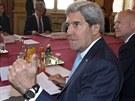 Americký ministr zahraničí John Kerry (vpředu) jedná v Paříži se svým britským...