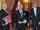 MInistři zahraničí USA John Kerry (vpravo), Francie Laurent Fabius (uprostřed)...