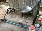 Sporák v kuchyni Nhoung Keourn, který je napojený na bioplynárnu.