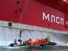 Aktivisté z ekologické organizace Greenpeace se snaží vylézt na ropnou plošinu...
