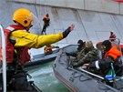 Dva z aktivistů organizace Greenpeace, kteří šplhali po stěně ropné plošiny,...