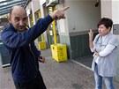 Pan Gustav, vrátný z ubytovny ujišťuje naštvanou majitelku květinářství Ivetu