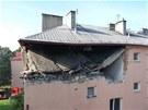 Během dopoledne se zřítila i část stropu a střechy
